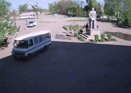 VIDEO: Obyvatelé ukrajinské obce bránili Leninovu sochu před neonacisty