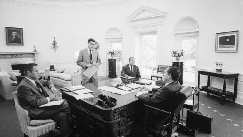 Členové spiknutí H. R. Haldeman, D. Chapin, J. D. Ehrlichman a R. Nixon; Foto: Hartmann / Wikimedia Commons