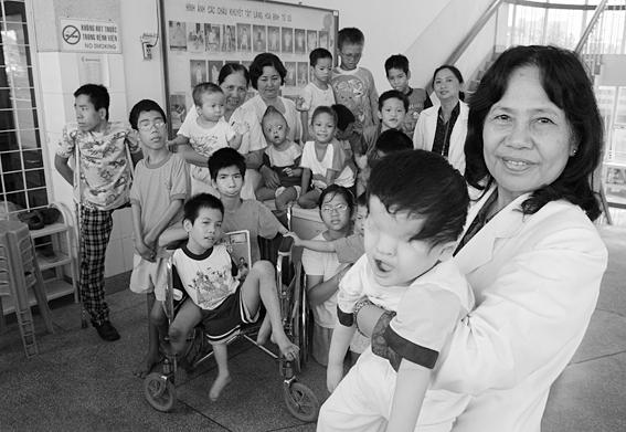 Dodnes se ve Vietnamu rodí děti s postižením způsobeným touto látkou; Foto: Alexis Duclos / Wikimedia Commons