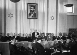 David Ben Gurion čte Deklaraci nezávislosti Státu Izrael 14. května 1948 v Tel Avivu; Foto:  Rudi Weissenstein / Wikimedia Commons