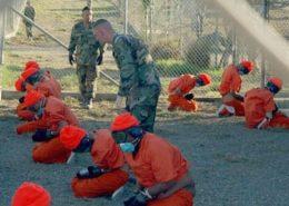 Vězni v táboře Guantánamo; Foto: Shane T. McCoy , americké námořnictvo / Wikimedia Commons