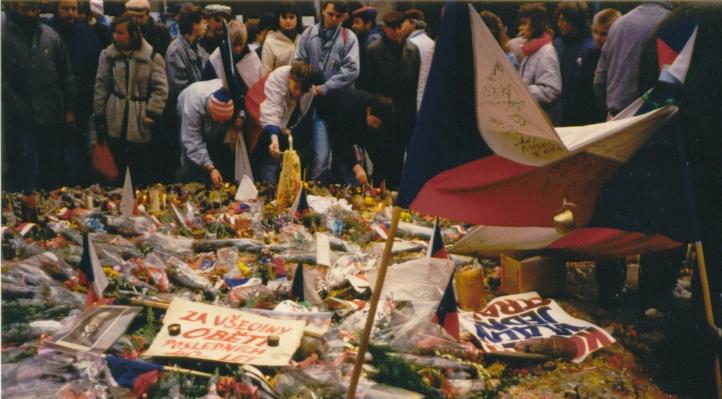 Květiny a svíčky na Václavském náměstí v listopadu 1989; Foto: Piercetp / Wikimedia Commons