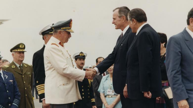 George Bush se zdraví s chilským diktátorem Augusto Pinochetem; Foto: Biblioteca del Congreso Nacional - Chile / Wikimedia Commons