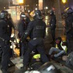 VIDEO: Krvavé potlačení protestů ve Francii, Západ mlčí