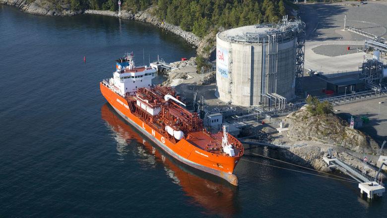 Terminál na zkapalněný zemní plyn (LNG); Foto: Jan Arrhénborg / AGA / Wikimedia Commons