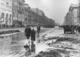 Obyvatelé Leningradu na Něvské třídě během blokády; Foto: RIA Novosti / Wikimedia Commons