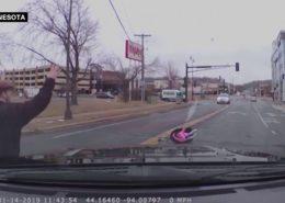 VIDEO: Řidičce za jízdy vypadlo malé dítě z auta