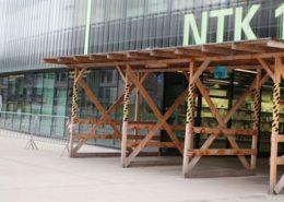 Podepřený vstup do budovy Národní technické knihovny; Foto: NTK