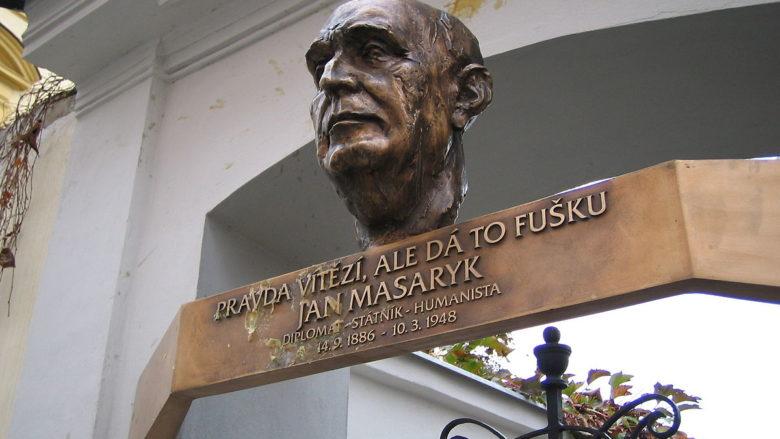 Pamětní deska Jana Masaryka u pražské vily Osvěta; Foto: Petr Kadlec / Wikimedia Commons