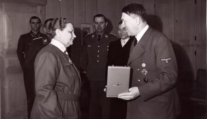 Vůdkyně finské organizace Lotta Svärd Fanni Luukkonenová získala 19. května 1943 Řád německého orla s hvězdou od Adolfa Hitlera; Foto: Wikimedia Commons