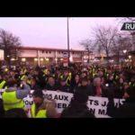 VIDEO: Žluté vesty pochodují na znamení solidarity s demonstrantem, který přišel o ruku