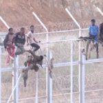 MIGRACE: Madrid odstraňuje ostnaté dráty v Ceutě a Melille