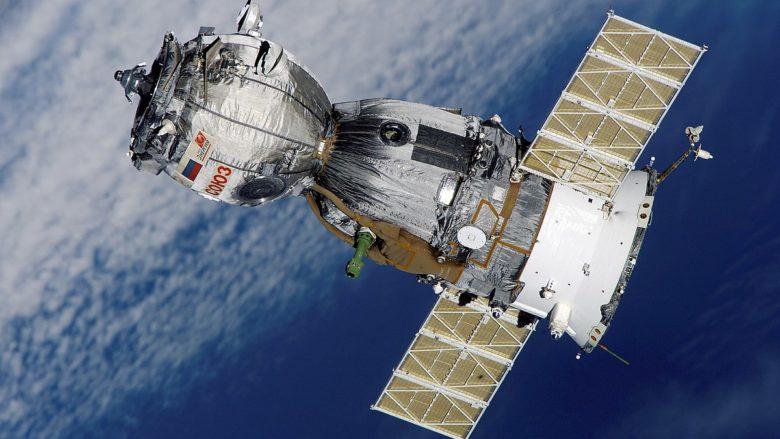 Sojuz TMA-7 se přibližuje k Mezinárodní vesmírné stanici (ISS); Foto: NASA / Wikimedia Commons