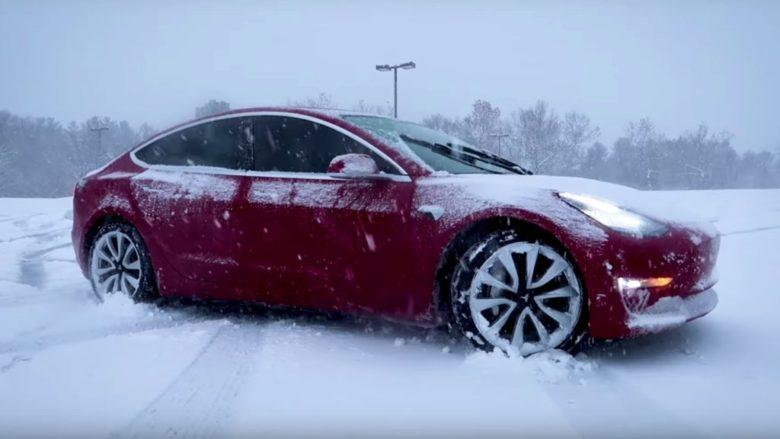 Elektromobil Tesla 3; Reprofoto: YouTube.com