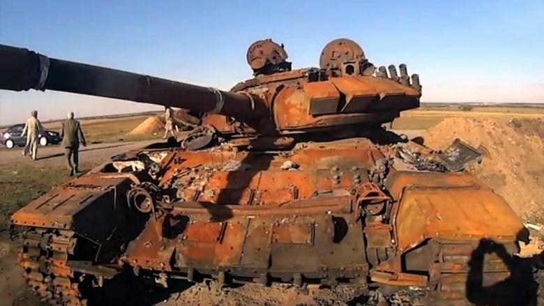 Zničený ukrajinský tank v Donbasu; Foto: DenTVinform Official Stream / Wikimedia Commons