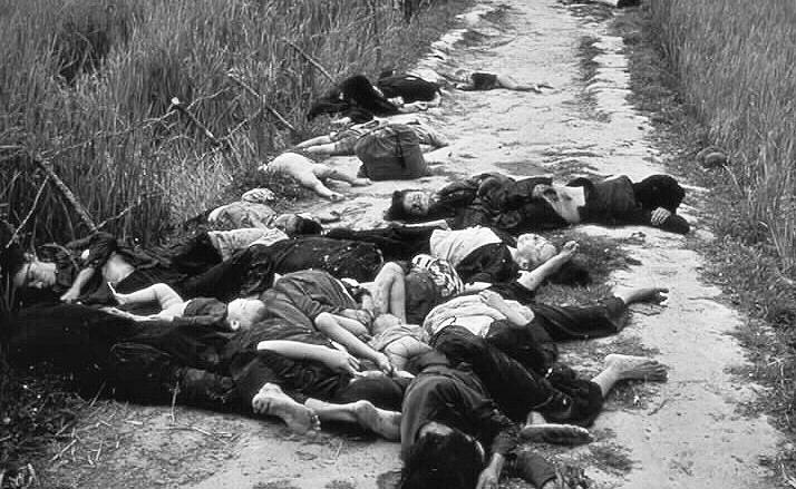 Mrtvá těla obyvatelů vesnice Mỹ Lai; Foto: Ronald L. Haeberle, Wikimedia Commons