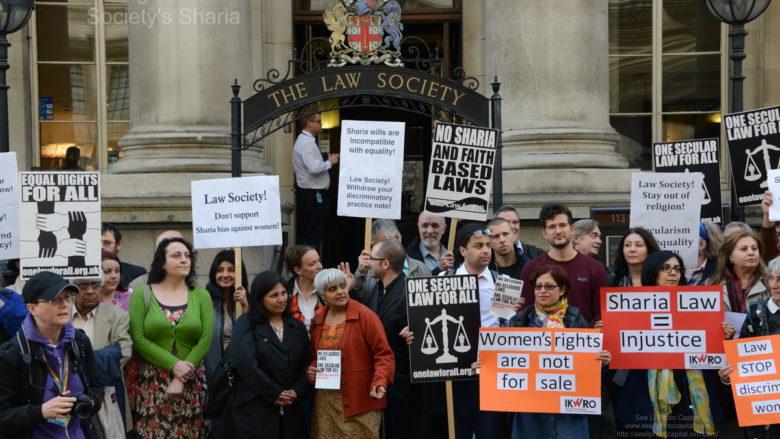 Protesty proti zavádění práva Šaría ve Velké Británii; Foto: Viz Li / Wikimedia Commons