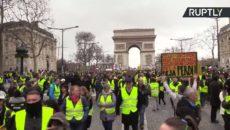 ŽIVĚ/VIDEO: Žluté vesty se stále nedaly zlomit, opět protestují. Francie se stává rozdělenou zemí
