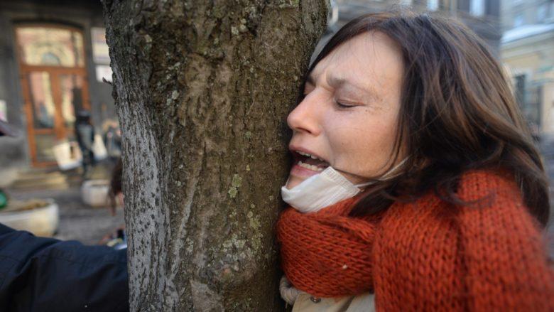 Žena pláče v zoufalství z šíření násilí během tzv. Majdanu v roce 2014; Foto: Mstyslav Chernov / Unframe / Wikimedia Commons