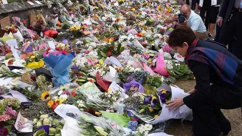 Květiny za oběti teroristického útoku v městě Christchurch na Novém Zélandu; Foto: Úřad vlády Nového Zélandu / Wikimedia Commons