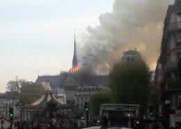 Hořící pařížská katedrála Notre-Dame; Foto: Citron / Wikimedia Commons