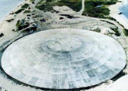 Runit Dome, úložiště amerického jaderného odpadu na ostrově Runit; Foto: Agentura speciálních zbraní USA, Wikimedia Commons