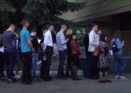 Fronta na ruské pasy v městě Luhansk na Ukrajině; Foto: repro Sputnik