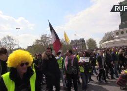 ŽIVĚ/VIDEO: Žluté vesty vytrvávají v protestech, vyčerpaný Macron je v krizi