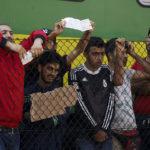 AP: Řecko přesouvá migranty z ostrovů na pevninu. Mohli by bydlet v hotelech