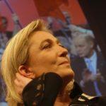 FRANCIE: Le Penová vítězí nad Macronem v boji o křesla do EP