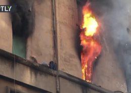 VIDEO: Muž se zachránil před požárem na římse domu v Římě