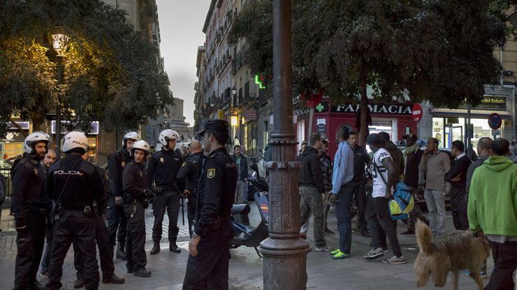 Španělští policisté v madridské no-go čtvrti Lavapiés; Foto: Luis Sánchez de Pedro Aires / Wikimedia Commons