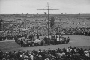 Poválečný pietní akt na uctění obětí vyhlazení Lidic; Foto: Národní archiv / Wikimedia Commons