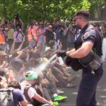 VIDEO: Francouzská policie zasáhla pepřovým sprejem proti demonstrantům