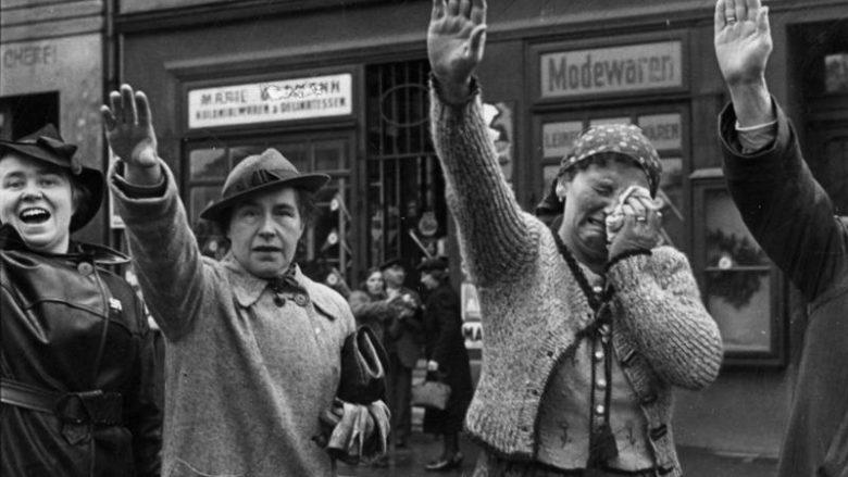 Sudetští Němci z Chebu zdraví Hitlera poté, co překročil hranice do Československa v roce 1938; Foto: Das Bundesarchiv / Wikimedia Commons