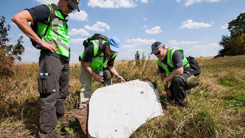 Prohlídka místa havárie MH-17 holandskými a australskými policisty; Foto: Ministerie van Defensie / Wikimedia Commons