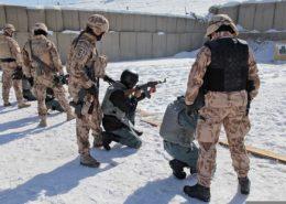 Čeští instruktoři cvičí afghánské vojáky; Foto: SPC Tia Sokimson / Wikimedia Commons