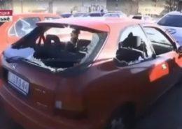 Auta zdemolovaná imigranty; Foto: Repro Facebook
