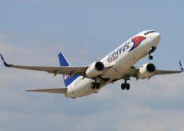 Boeing 737-800 společnosti Travel Service vzlétá z Pardubic; Foto: Alan Lebeda / Wikimedia Commons