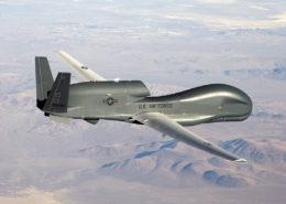 Americký špionážní bezpilotní letoun RQ-4 Global Hawk; Foto: US Air Force foto Bobbi Zapka / Wikimedia Commons