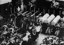 Pohřeb padlých českých občanů v Sokolově, kteří byli zabiti sudetskými Němci; Foto: Wikimedia Commons