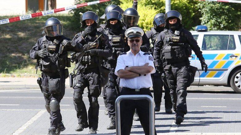 Těžkooděnci Policie ČR před Krajským úřadem Ústeckého kraje; Foto: Facebook / Zbyněk Linhart
