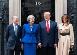 Americký prezident Donald Trump a britská premiérka Theresa Mayová se svými protějšky; Foto: Bílý dům, Washington, DC / Wikimedia Commons