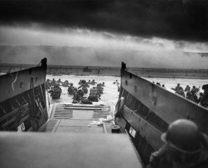 """Vylodění spojenců na pláži """"Omaha"""" v Normandii v roce 1944; Foto: Národní správa archivů a záznamů / Wikimedia Commons"""