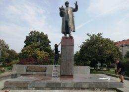 Dobrovolníci čistí sochu maršála Koněva, kterou znečistili vandalové; Foto: Facebookový profil Žarko Raptor Jovanovič