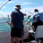 VIDEO: Žralok se zakousl do nohy rybáři, který jej chytil
