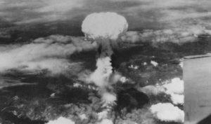 Výbuch jaderné bomby Fat Man nad Nagasaki; Foto: Fotograf USAAF / Wikimedia Commons