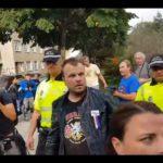 VIDEO: Dramatické zatčení aktivisty, který strhl plachtu ze sochy maršála Koněva