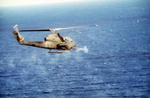 Vrtulník americké armády AH-1S Cobra během invaze USA na Grenadu; Foto: MSgt. David Goldie / Wikimedia Commons