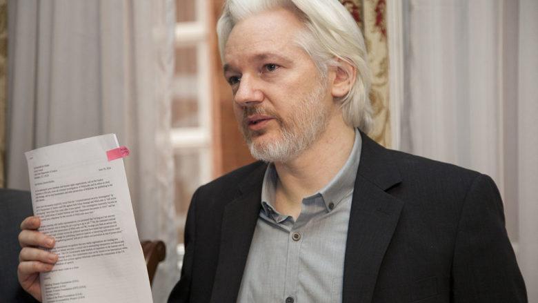 Julian Assange v roce 2014 na ekvádorském velvyslanectví v Londýně; Foto: Wikimedia Commons